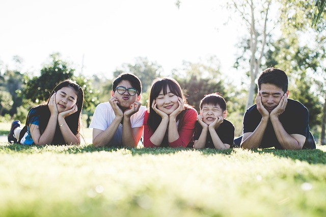 rodinná fotografie v trávě