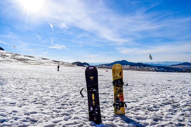 snowboardy ve sněhu