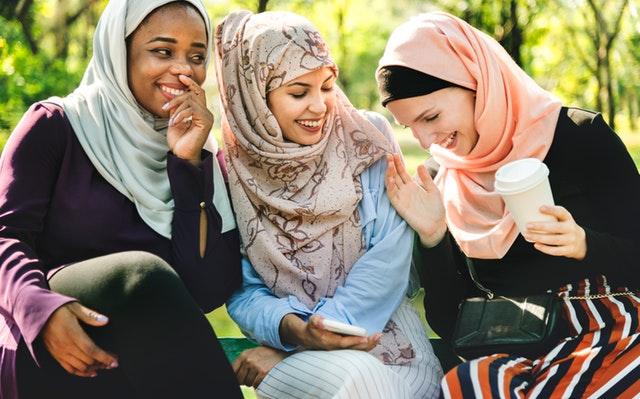 Smejúce sa ženy zahalené v šatkách