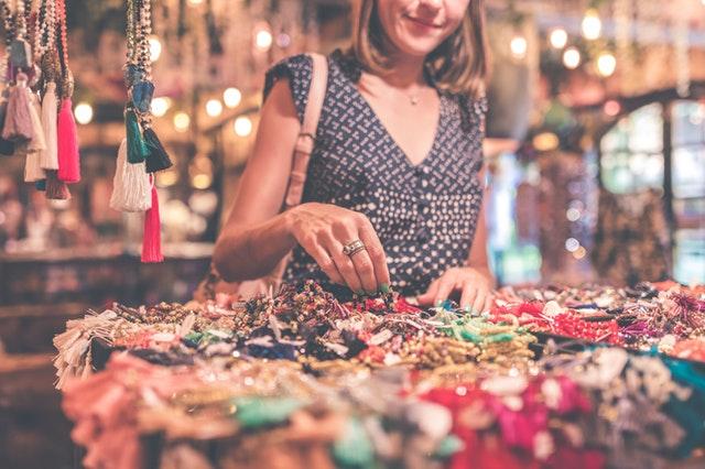 Žena, ktorá si prezerá veci na trhu