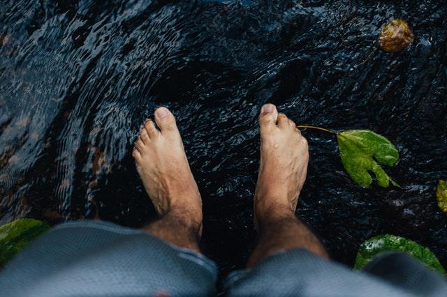 Bosý muž, ktorý stojí v potoku.jpg