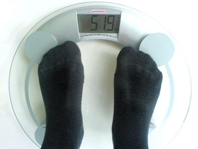 Osoba stojí na váha, osobná váha, váženie, nohy.jpg