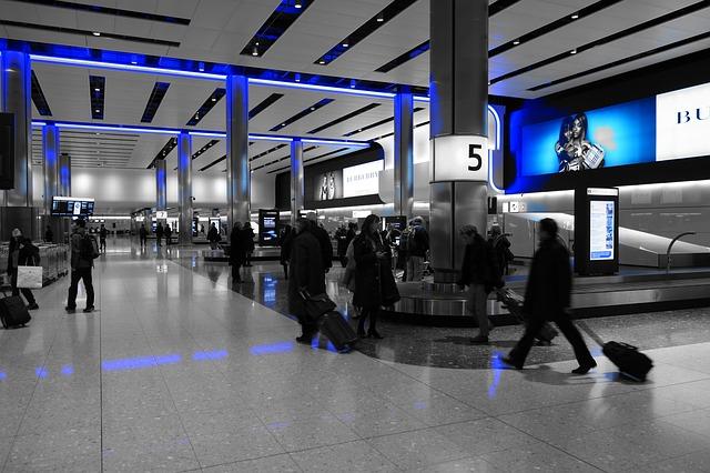 Interiér letiska, ľudia, cestujúci.jpg
