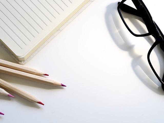 brýle, tužky a papír