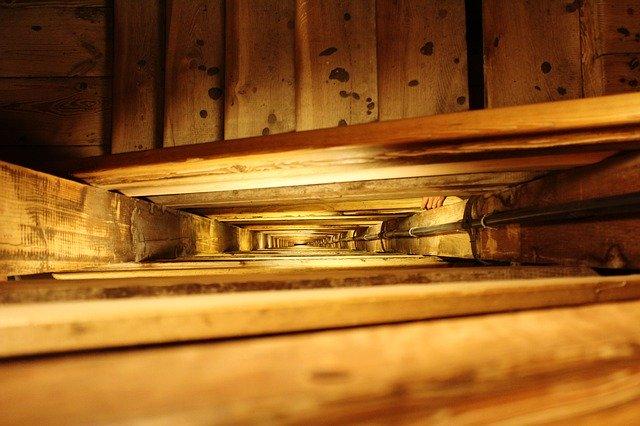Dlhé drevené schody so zábradlím.jpg