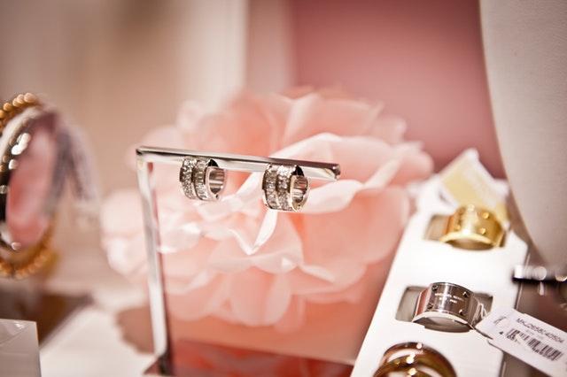 Strieborné šperky vo výklade.jpg